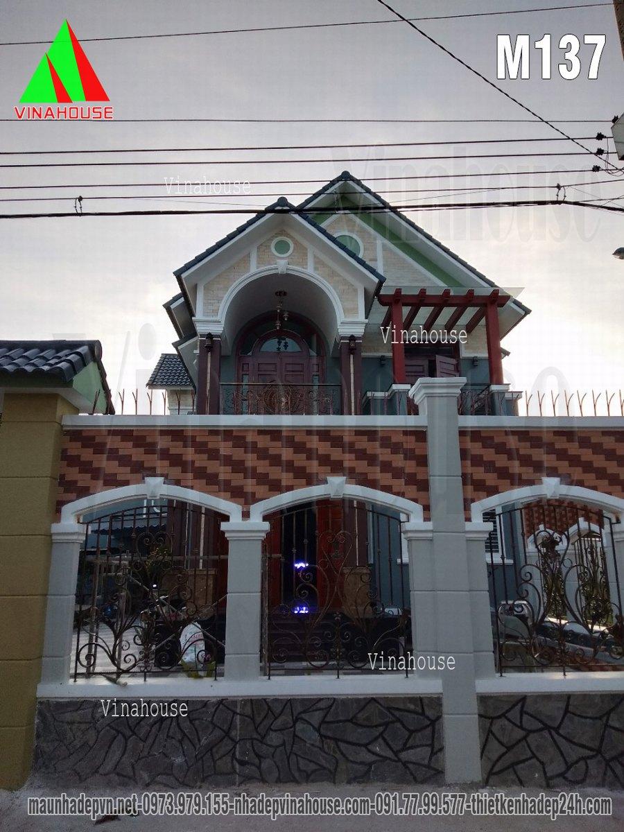 Biệt thự đẹp nhìn từ hàng rào cổng chính
